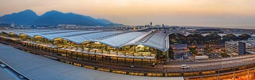 Internationale de luchthavenzonsondergang van Hongkong stock afbeeldingen