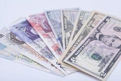 Internationale die munten op een wit worden geïsoleerd stock foto's