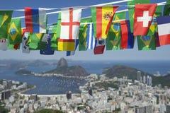 Internationale Flagge, die Rio de Janeiro Brazil mit dem Kopfe stößt Stockfotos