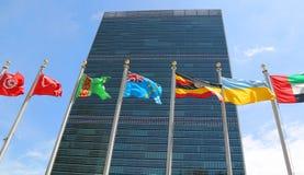 Internationale Flaggen in der Front des Hauptsitzes der Vereinten Nationen in New York Stockfotografie