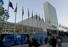 Internationale Flaggen in der Front des Hauptsitzes der Vereinten Nationen in New York Stockfoto