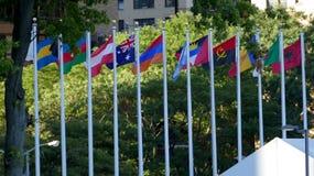 Internationale Flaggen in der Front des Hauptsitzes der Vereinten Nationen in New York Stockbild