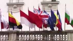 Internationale Flaggen, die in den Wind wellenartig bewegen stock video