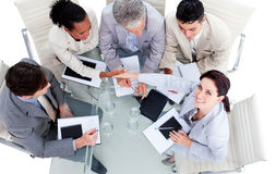 Internationale Geschäftsleute, die Hände rütteln Lizenzfreies Stockbild