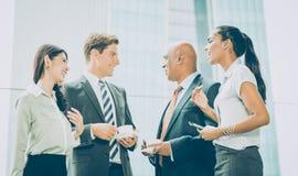 Internationale Geschäftsteambesprechung, die informell Ideen austauscht lizenzfreie stockfotos