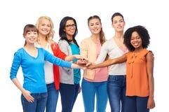 Internationale groep vrouwen met handen samen royalty-vrije stock foto's