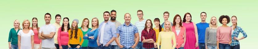 Internationale Gruppe glückliche lächelnde Leute stockbild