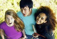 Internationale Gruppe Studenten schließen herauf das Lächeln Stockbild