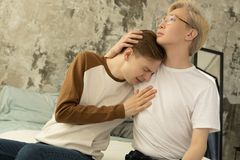 Internationale homosexuelle männliche Partner versöhnen nach Streit stockfotografie
