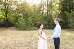 Internationale junge attraktive romantische Paare im schönen Park stockfotografie
