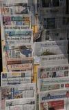 Internationale kranten in een kiosk Stock Afbeelding