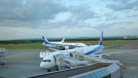 Internationale Luchthaven Auckland Nieuw Zeeland 18 08 2017 Schot van commerciële luchtvliegtuigen die klaar op te stijgen worden stock video