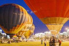 Internationale Luft-Ballone während der Nachtshow und Glühen auf internationale Aerostatik-Schale Lizenzfreie Stockfotos