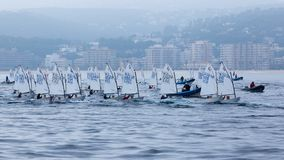 29. INTERNATIONALE PALAMOS-OPTIMIST-TROPHÄE 2018, 13. NATIONS-SCHALE, am 16. Februar 2018, Stadt Palamos, Spanien Lizenzfreie Stockfotografie