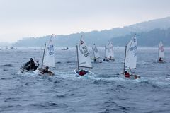 29. INTERNATIONALE PALAMOS-OPTIMIST-TROPHÄE 2018, 13. NATIONS-SCHALE, am 16. Februar 2018, Stadt Palamos, Spanien Lizenzfreie Stockfotos