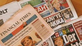 internationale perskrant die over Angela Merkel-verkiezing in Duitsland rapporteren stock video