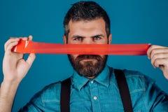 Internationale Rechten van de mensdag censuur Brutaal gebaard mannetje mensen verpakkende mond door plakband Meningscontrole en stock afbeelding