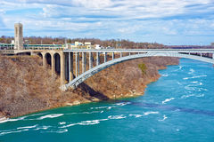 Internationale Regenbogen-Brücke über der Niagara Fluss Schlucht Lizenzfreie Stockfotos