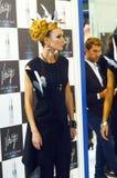 Internationale schöne junge Blondine Parfümerie Intercharm XXI und der Kosmetik-Ausstellung mit stilvoller Frisur im schwarzen Kl Stockfotografie