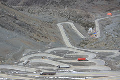 Internationale Straße mit vielen Berg- und Talbahnen zwischen Lizenzfreie Stockfotos