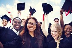 Internationale Studenten, die Staffelung feiern stockfotos