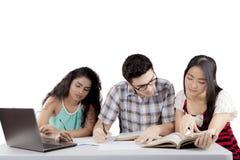 Internationale studenten die taak bespreken stock afbeelding