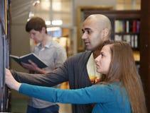 Internationale Studenten in einer Bibliothek Stockbild
