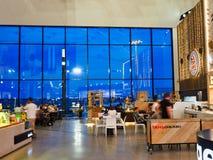 Internationale Vertrekterminal, Sydney Airport, Australië, Weergeven aan Schemerlicht royalty-vrije stock foto
