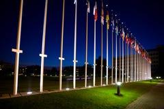 Internationale vlaggen naast Europese raad Stock Foto's