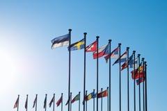 Internationale Vlaggen tegen blauwe hemel Stock Foto