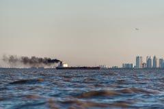 Internationale Vrachtbootverontreiniging Puerto Madero bij Schemer Royalty-vrije Stock Afbeelding