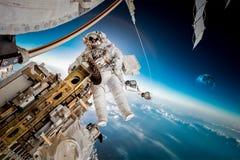 Internationale Weltraumstation und Astronaut lizenzfreies stockfoto
