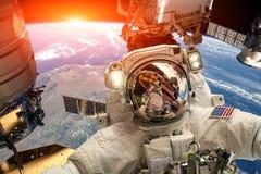 Internationale Weltraumstation und Astronaut lizenzfreies stockbild