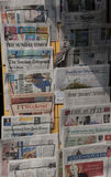Internationale Zeitungen in einem Kiosk Stockbild