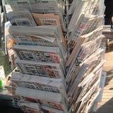 Internationale Zeitungen verkauft in Barcelona lizenzfreie stockfotografie