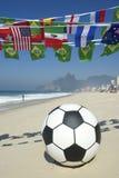Internationalen för fotboll för fotbollbollen sjunker Rio Beach Brazil Royaltyfri Bild