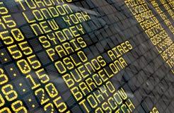 Internationaler Flughafen-Abfahrt-Brett stockfotografie