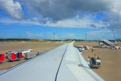 Internationaler Flughafen Flugankunft Narita NRT Entleerung des Gepäckes Entleerung des Gepäcks auf Rollbahn stockfotografie