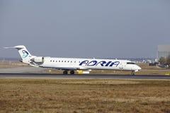 """Internationaler Flughafen Frankfurts †""""Adria Airways Canadair 900 entfernt sich Stockbild"""