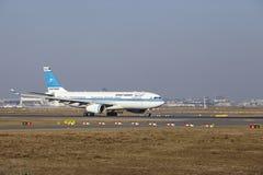 """Internationaler Flughafen Frankfurts †""""Kuwait Airways Airbus A330 entfernt sich Lizenzfreies Stockbild"""