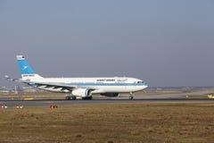 """Internationaler Flughafen Frankfurts †""""Kuwait Airways Airbus A330 entfernt sich Lizenzfreie Stockfotos"""