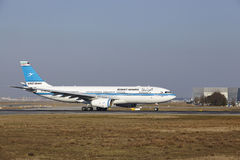 "Internationaler Flughafen Frankfurts †""Kuwait Airways Airbus A330 entfernt sich Stockfotos"