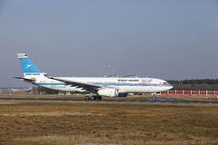 """Internationaler Flughafen Frankfurts †""""Kuwait Airways Airbus A330 entfernt sich Stockfotografie"""