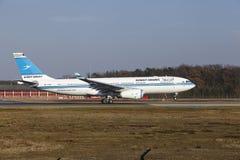 """Internationaler Flughafen Frankfurts †""""Kuwait Airways Airbus A330 entfernt sich Lizenzfreies Stockfoto"""