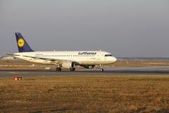 """Internationaler Flughafen Frankfurts †""""Lufthansa Airbus A320 entfernt sich Stockfoto"""