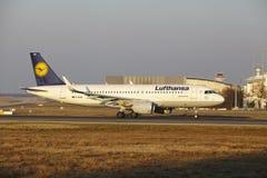 """Internationaler Flughafen Frankfurts †""""Lufthansa Airbus A320 entfernt sich Lizenzfreie Stockfotografie"""