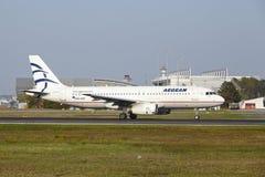 Internationaler Flughafen Frankfurts - Airbus A320 von ägäischem entfernt sich Stockfotos