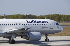 Internationaler Flughafen Frankfurts - Airbus A320 von Lufthansa landet Stockfotos