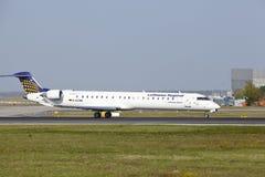 Internationaler Flughafen Frankfurts - Canadair CRJ-900LR von Lufthansa CityLine entfernt sich Stockbilder