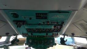 Internationaler Flughafen Kiews Im Cockpit des Flugzeugs anstelle der Piloten stock footage